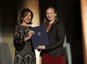 Susanne Einhorn delar ut pris till Johanna Lindahl