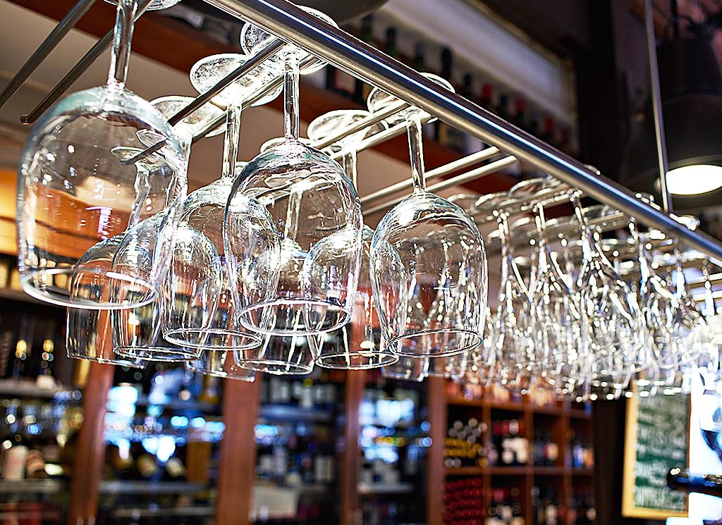 Bardisk med hängande glas