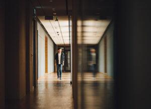 Ung man i skolkorridor